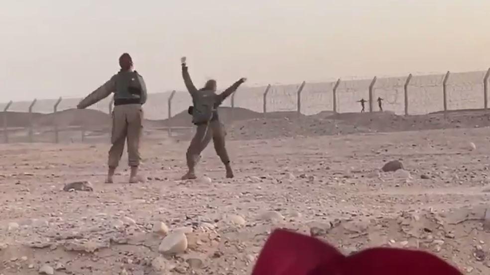 رقصة على الحدود.. مجندتان إسرائيليتان تراقصان