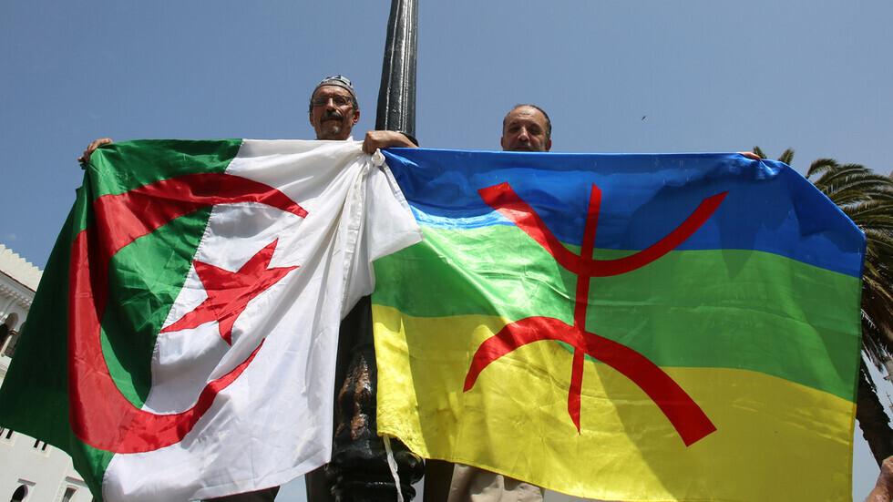 مواطنان يحملان العلم الجزائري وراية