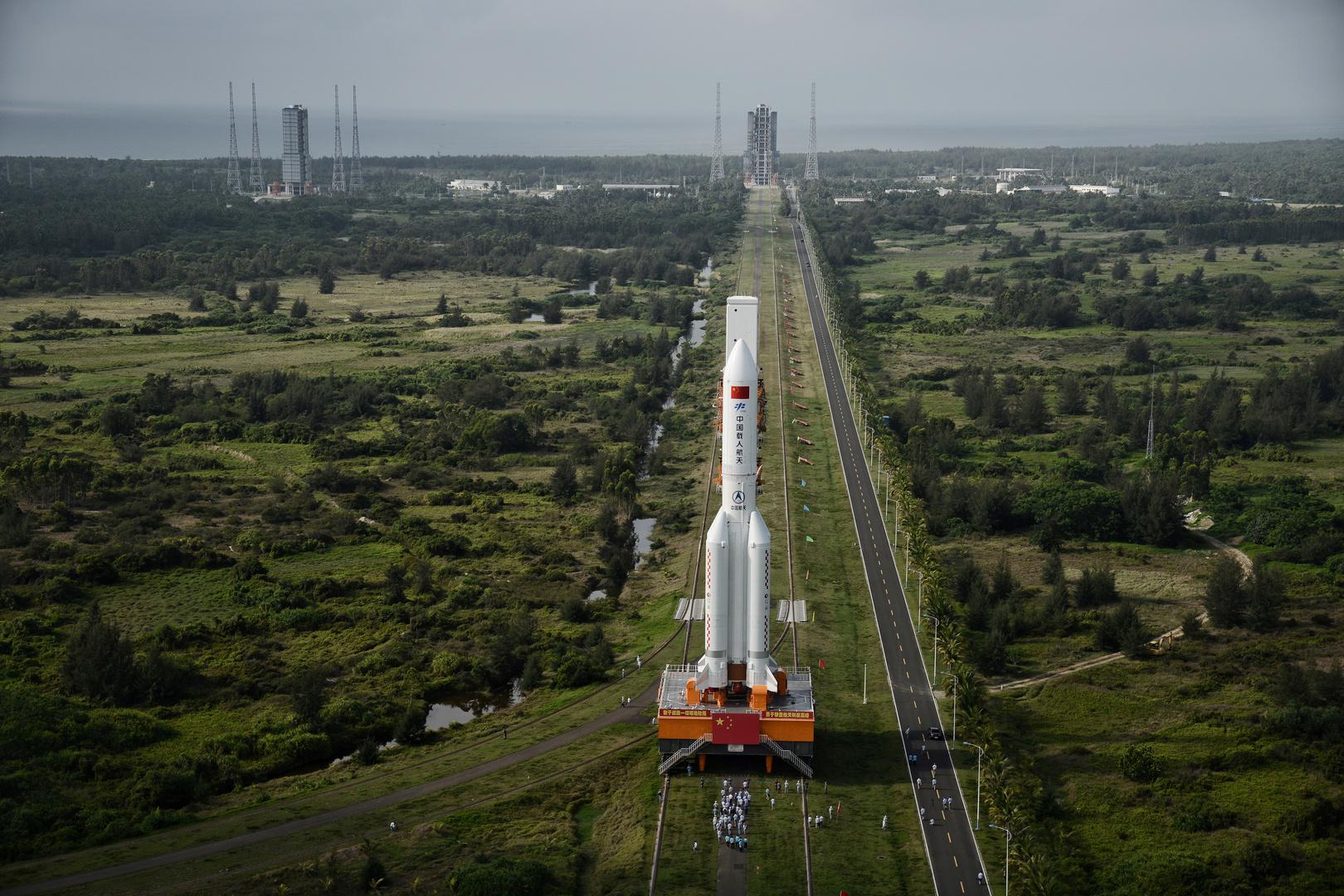 تابع على الهواء تحليق الصاروخ الصيني التائه قبيل سقوطه!