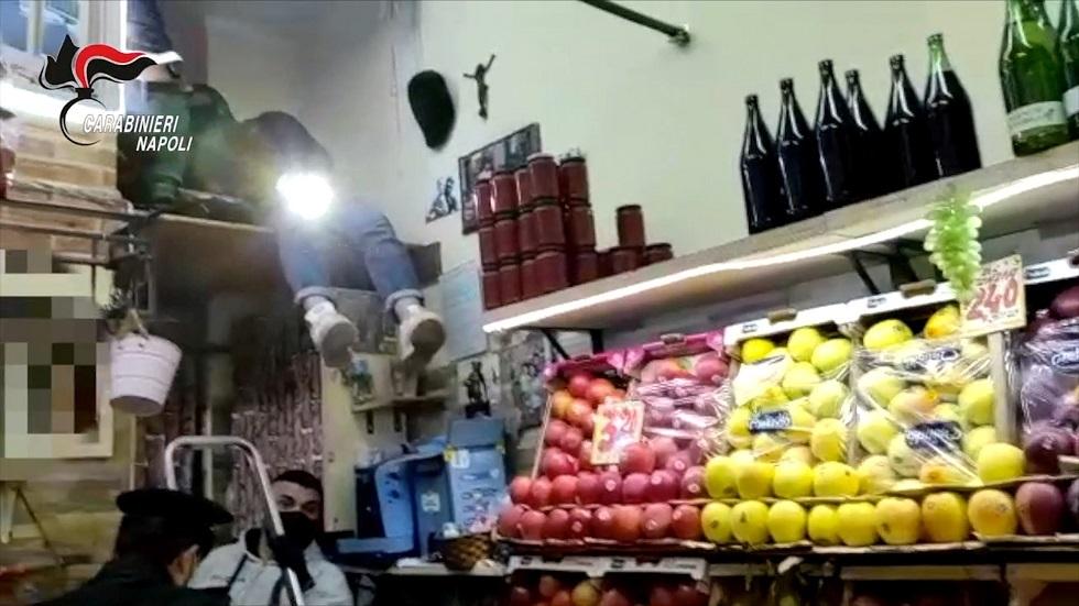 الشرطة الإيطالية تعثر على مخبأ أسلحة ضخم في متجر للفاكهة