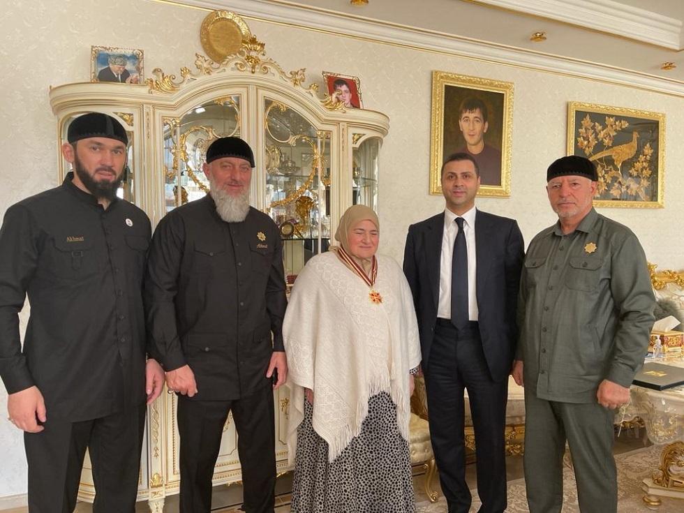 محمود عباس يمنح وساما لوالدة رئيس الشيشان