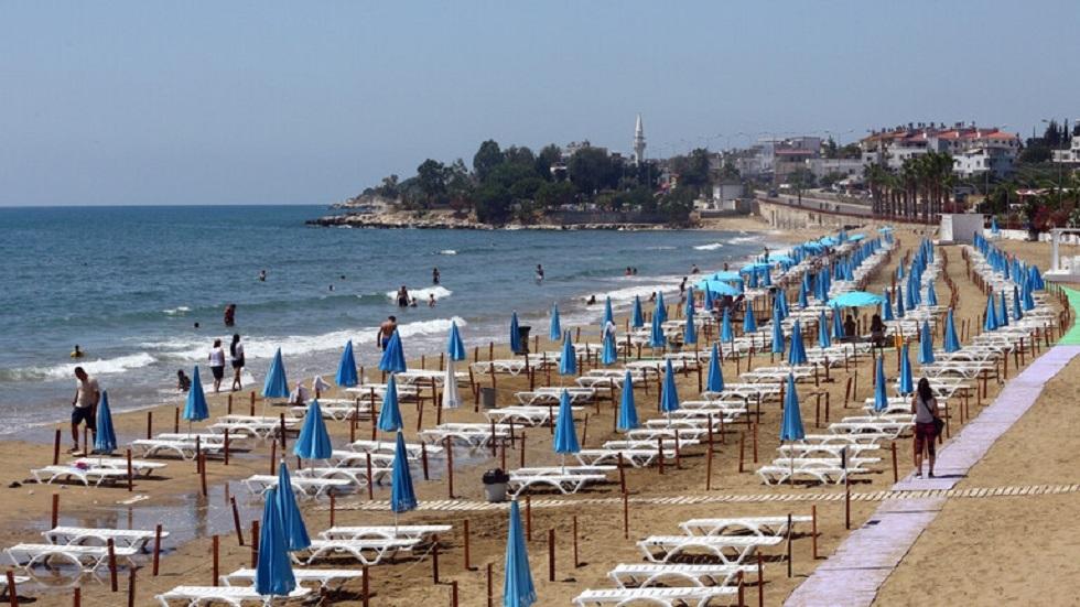اليونان تعيد فتح شواطئها على أمل اجتذاب السياح من جديد