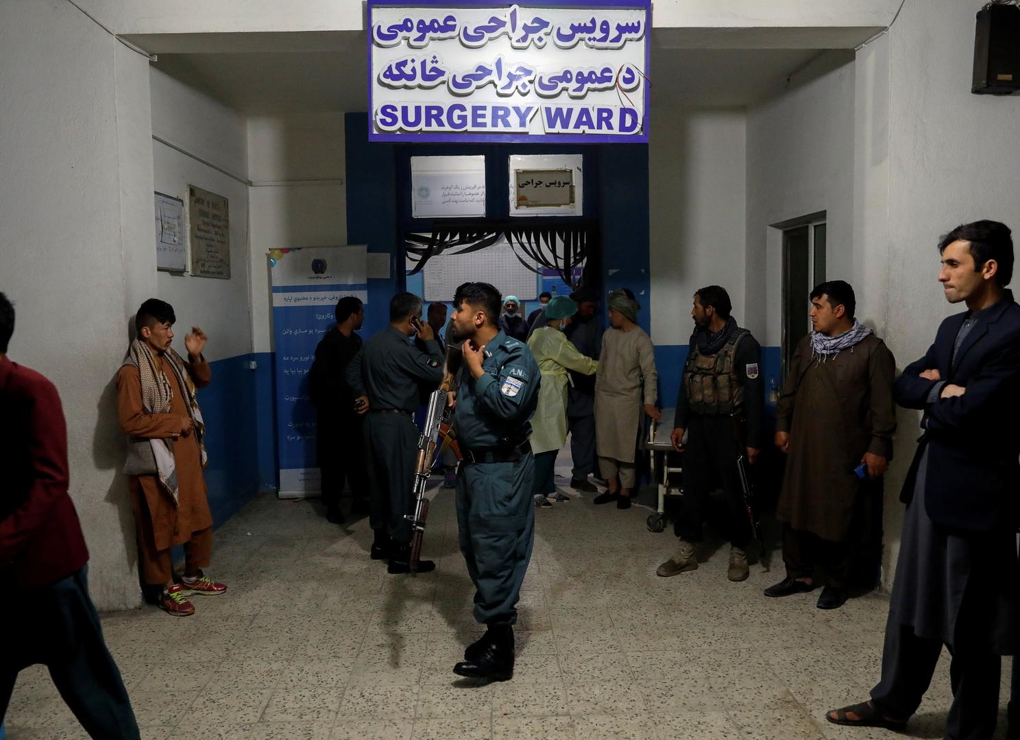 شرطي أفغاني يحرس مدخل مستشفى بعد انفجار في كابل