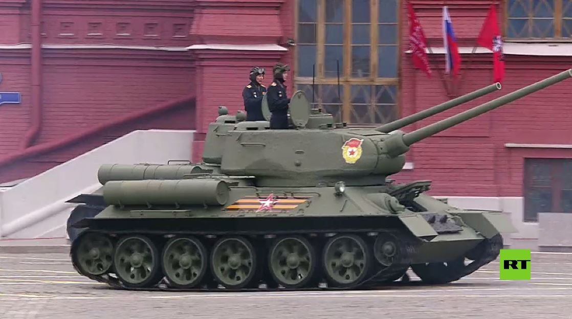 الدبابة الأسطورية تي-34 تشارك في العرض العسكري في موسكو