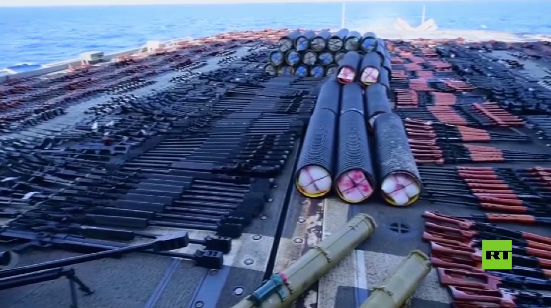 شاهد ترسانة أسلحة على سفينة شمال بحر العرب.. من صاحبها وإلى أين تتجه؟