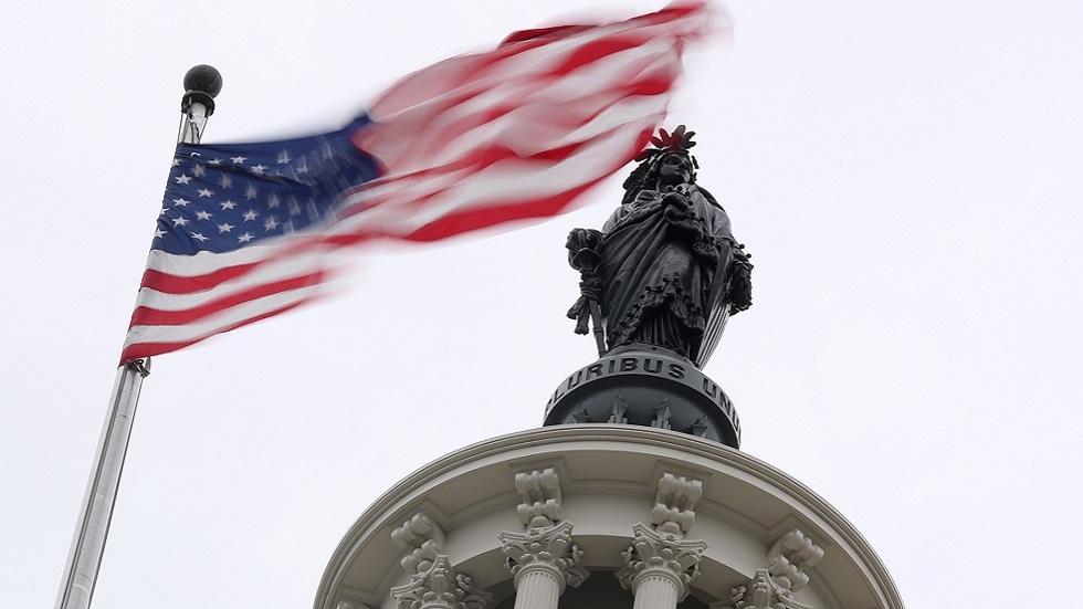 استطلاع: معظم الأمريكيين يشعرون أن الديمقراطية في البلاد