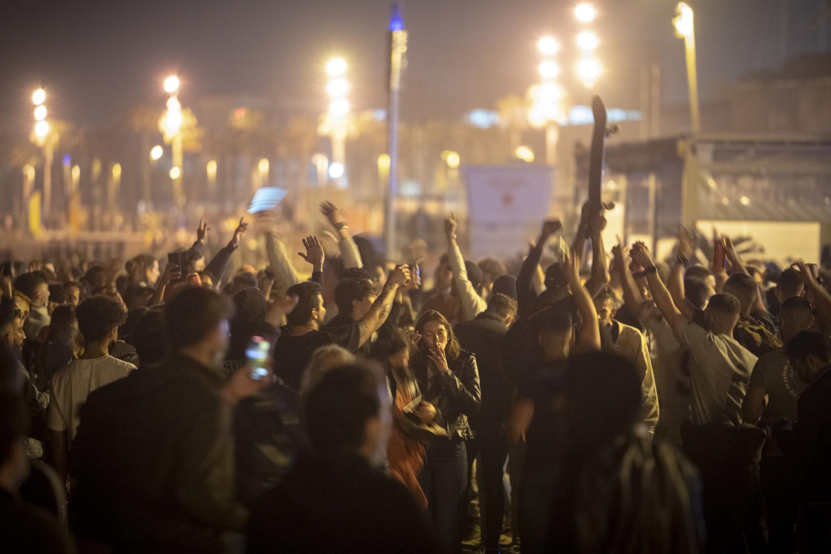 الإسبان يحتفلون عفويا بالشوارع برفع