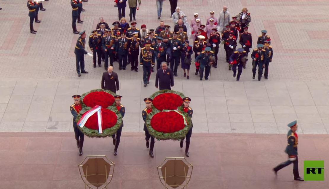 بوتين يضع أكليلا من الزهور على ضريح الجندي المجهول قرب جدار الكرملين