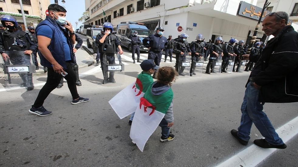 الجزائر تفرض قيودا على احتجاجات الشوارع الأسبوعية