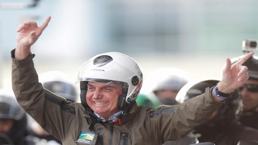 رئيس البرازيل يكسر قيود كورونا ويتقدم مسيرة جماعية للدراجات