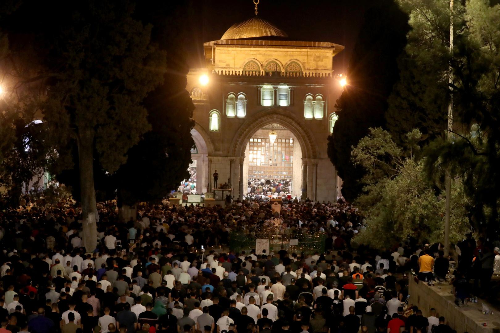 فلسطينيون يؤدون صلاة ليلة القدر، الأحد 9 مايو