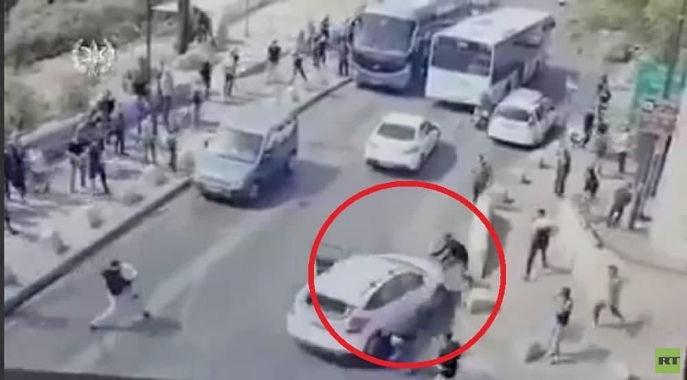 بالفيديو.. مستوطن يحاول دهس شبان فلسطينيين قرب باب الأسباط والخارجية الإسرائيلية تفنّد الرواية