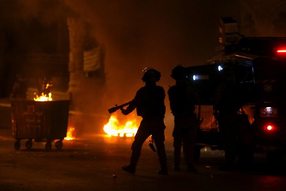 مدينة اللد تنتفض.. مواجهات دامية ومقتل شاب برصاص مستوطن (صور + فيديو)