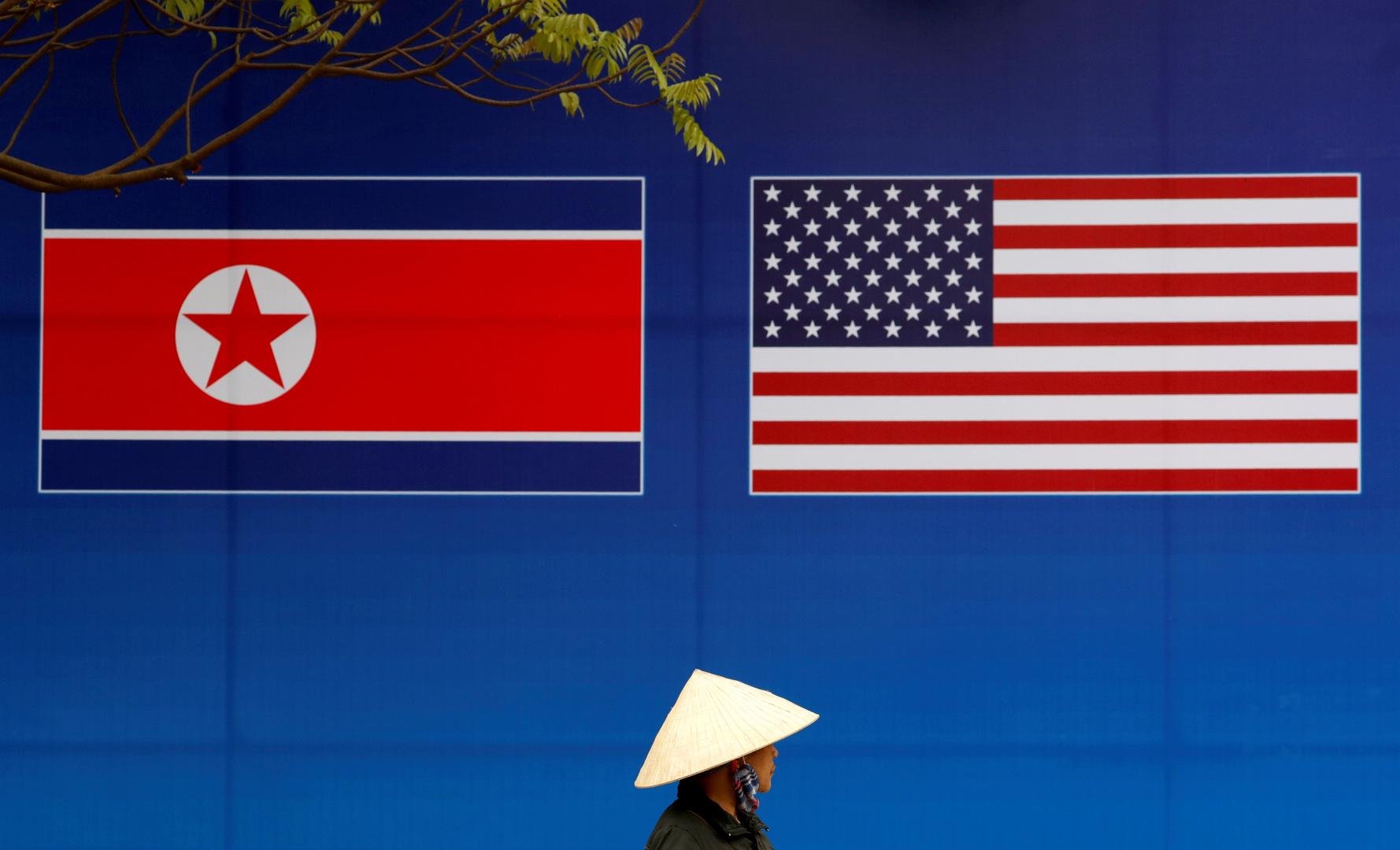 العلم الكوري الشمالي والعلم الأمريكي