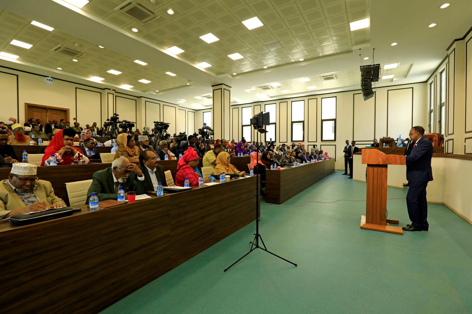 رئيس الوزراء الصومالي محمد حسين روبل يتحدث في البرلمان الصومالي بمقديشو.