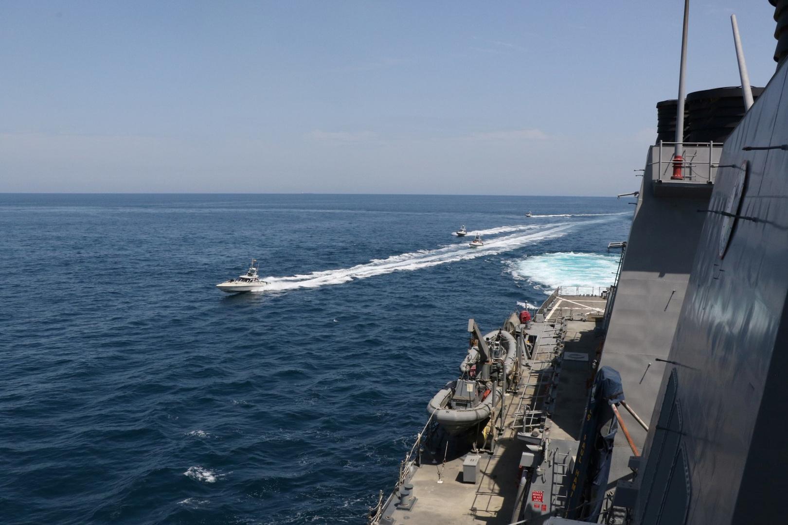 أربع سفن تابعة للبحرية التابعة للحرس الثوري الإسلامي الإيراني بالقرب من القوات البحرية الأمريكية في الخليج
