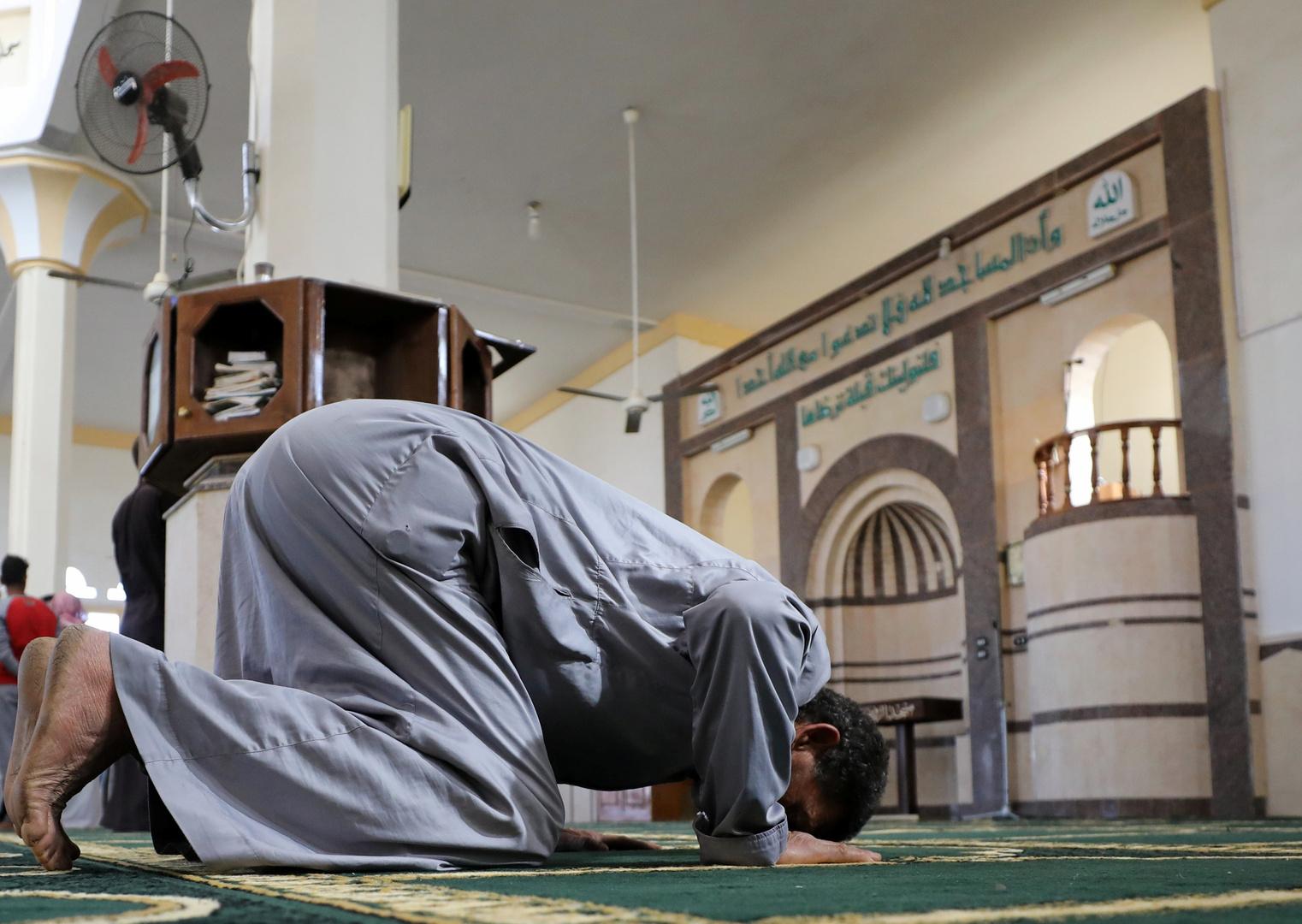 مصر.. مصلون يهربون من المسجد أثناء صلاة التراويح (صورة)