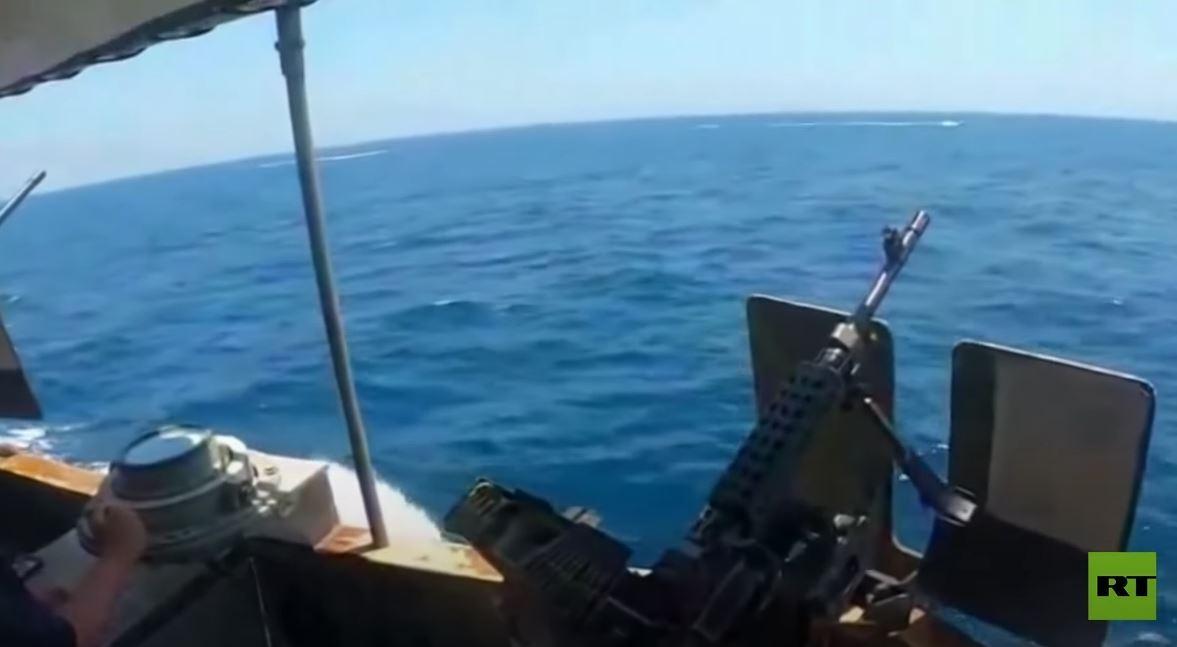 شاهد.. البحرية الأمريكية تطلق نيرانا تحذيرية على زوارق إيرانية في مضيق هرمز