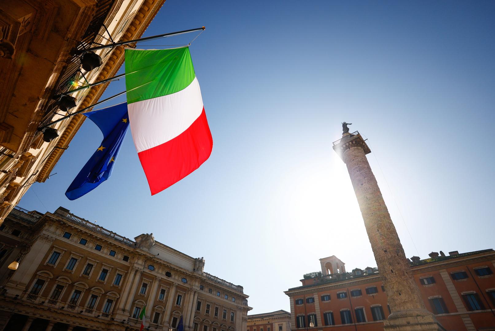 العلم الإيطالي وعلم الاتحاد الأوروبي