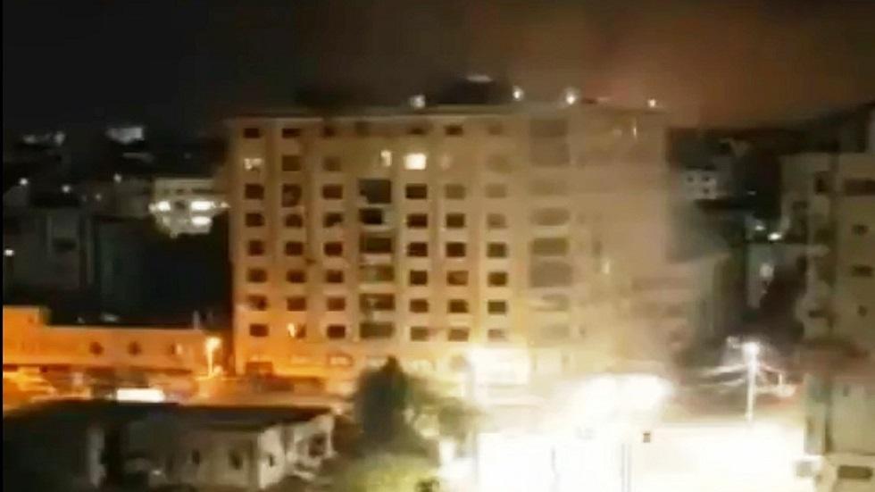 الطيران الحربي الإسرائيلي يدمر برج الجوهرة في غزة بشكل كامل (فيديو)