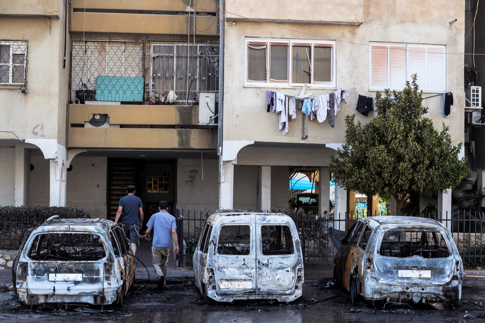 سيارات محترقة في مدينة اللد 12 مايو 2021