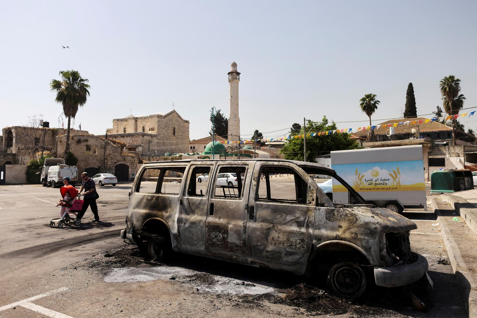 سيارة محترقة عقب المواجهات في مدينة اللد الإسرائيلية 12 مايو 2021