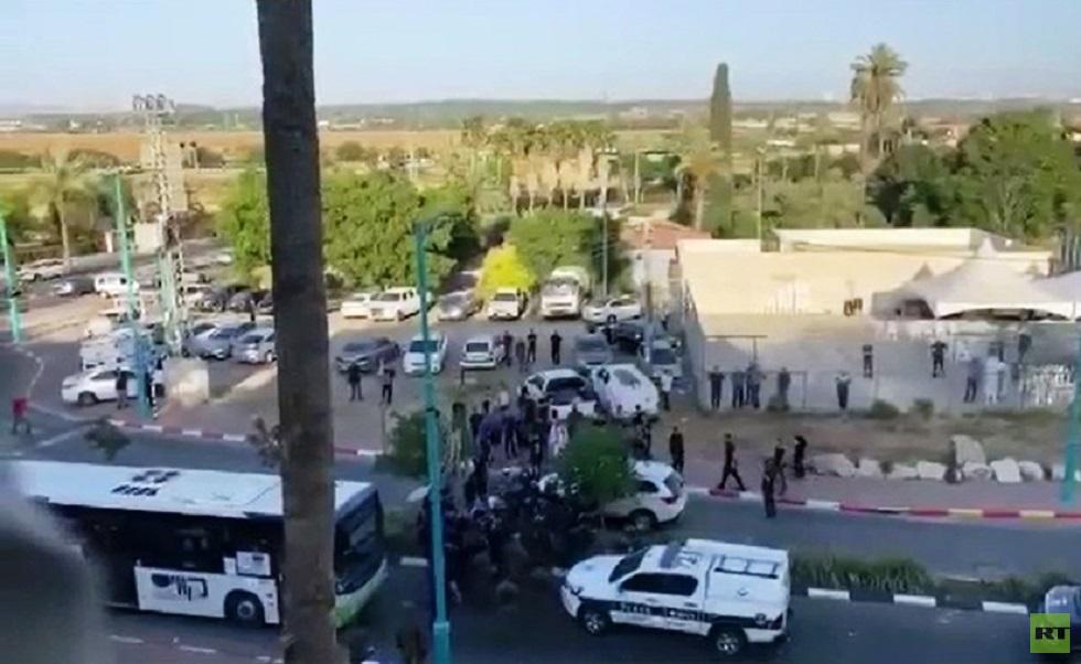 قبل فرض حظر التجوال.. القوات الإسرائيلية تهاجم خيمة عزاء الشاب الذي قتله مستوطن في مدينة اللد