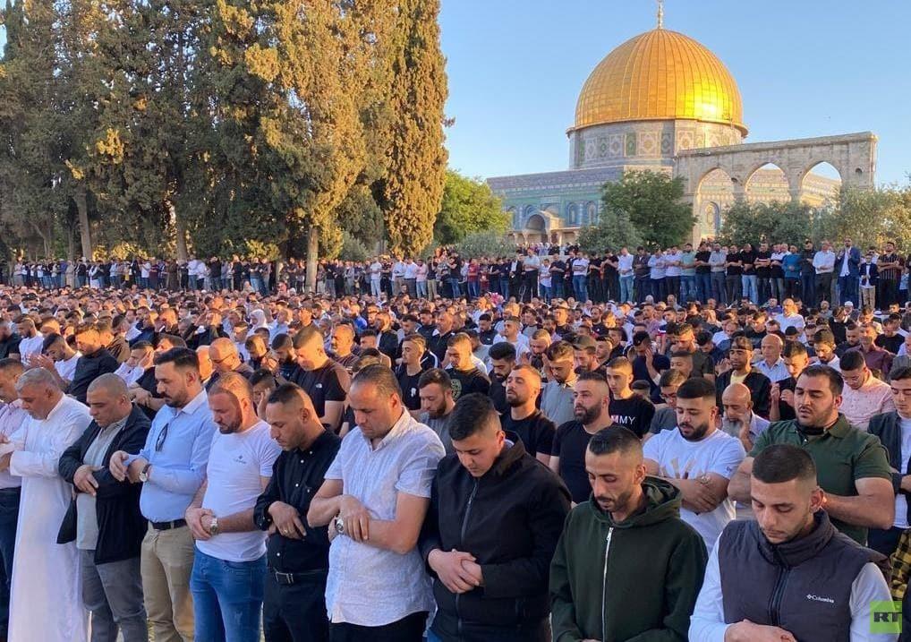 100 ألف فلسطيني يؤدون صلاة عيد الفطر في المسجد الأقصى