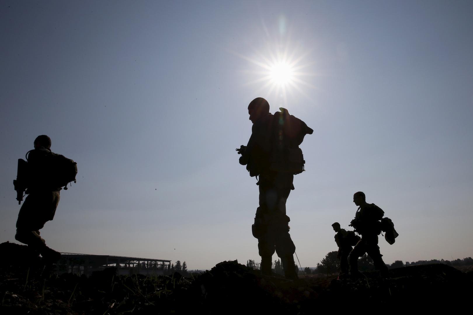 عسكريون إسرائيليون يبحثون عن بقايا صواريخ أطلقت من لبنان (أرشيف).