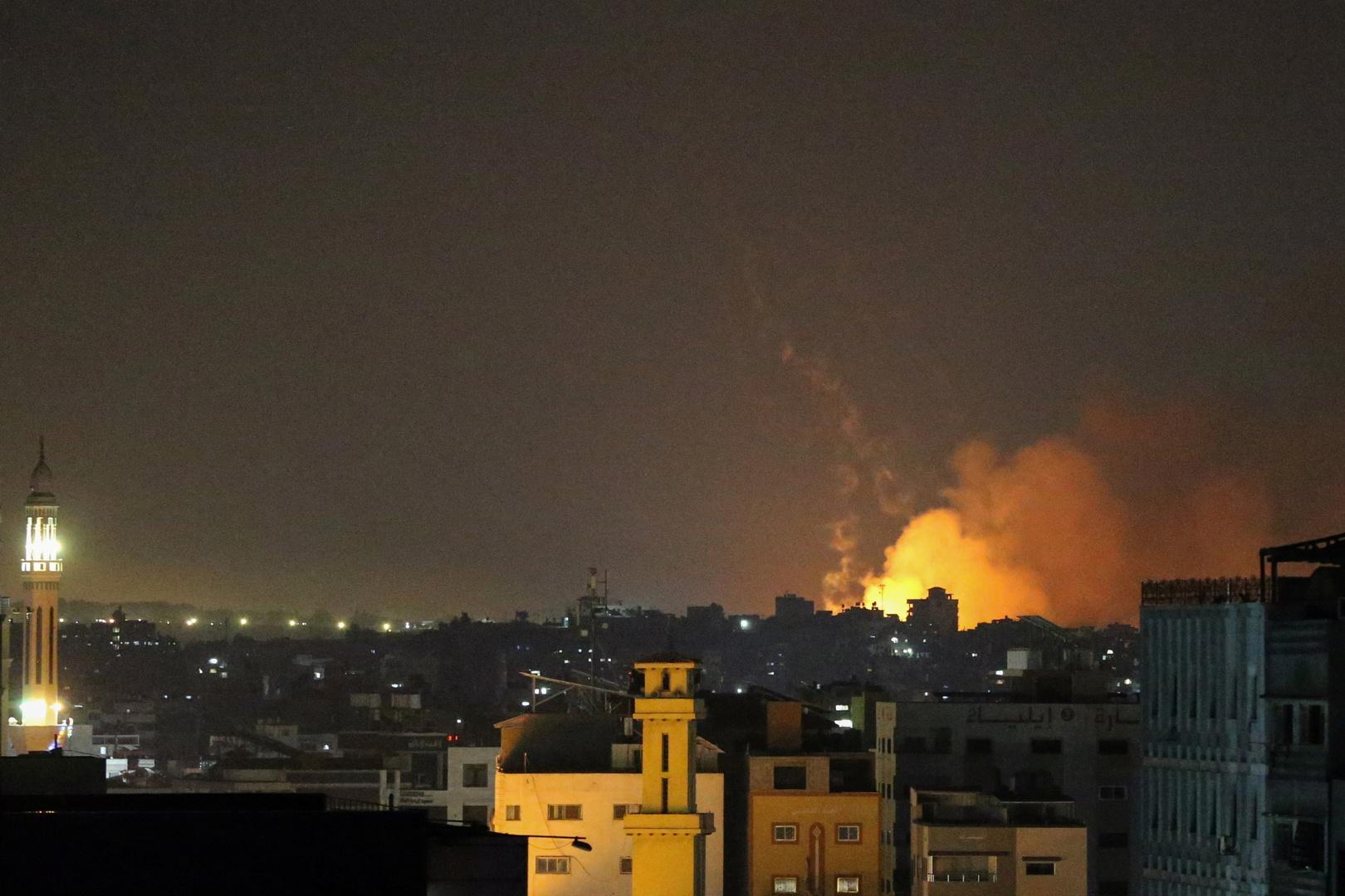 دخان ستصاعد من موقع استهدفته القوات الإسرائيلية في قطاع غزة.