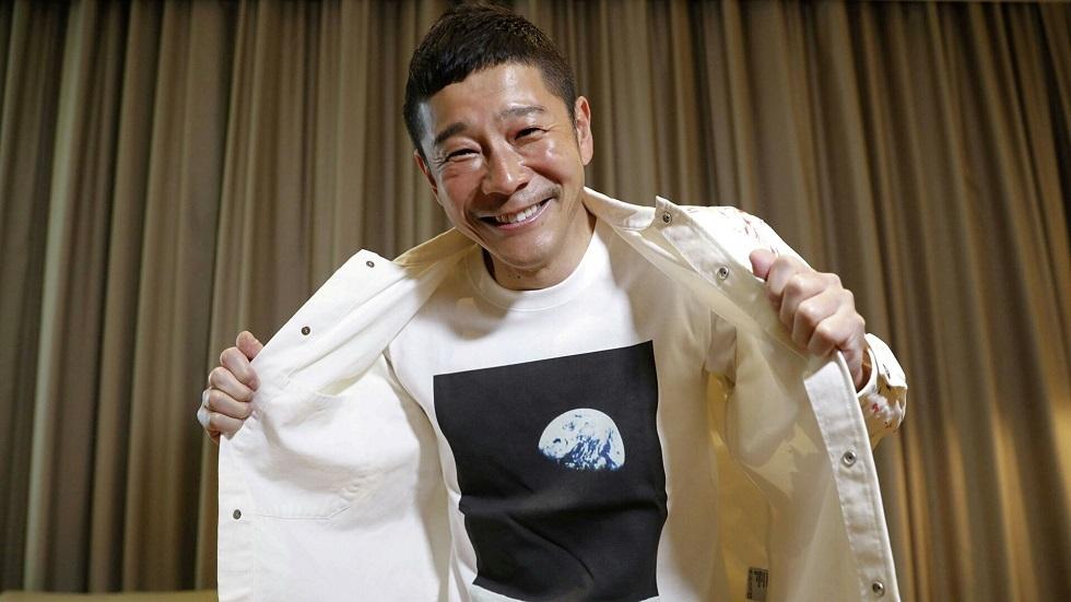 رجل أعمال ياباني يحجز مقعدا في