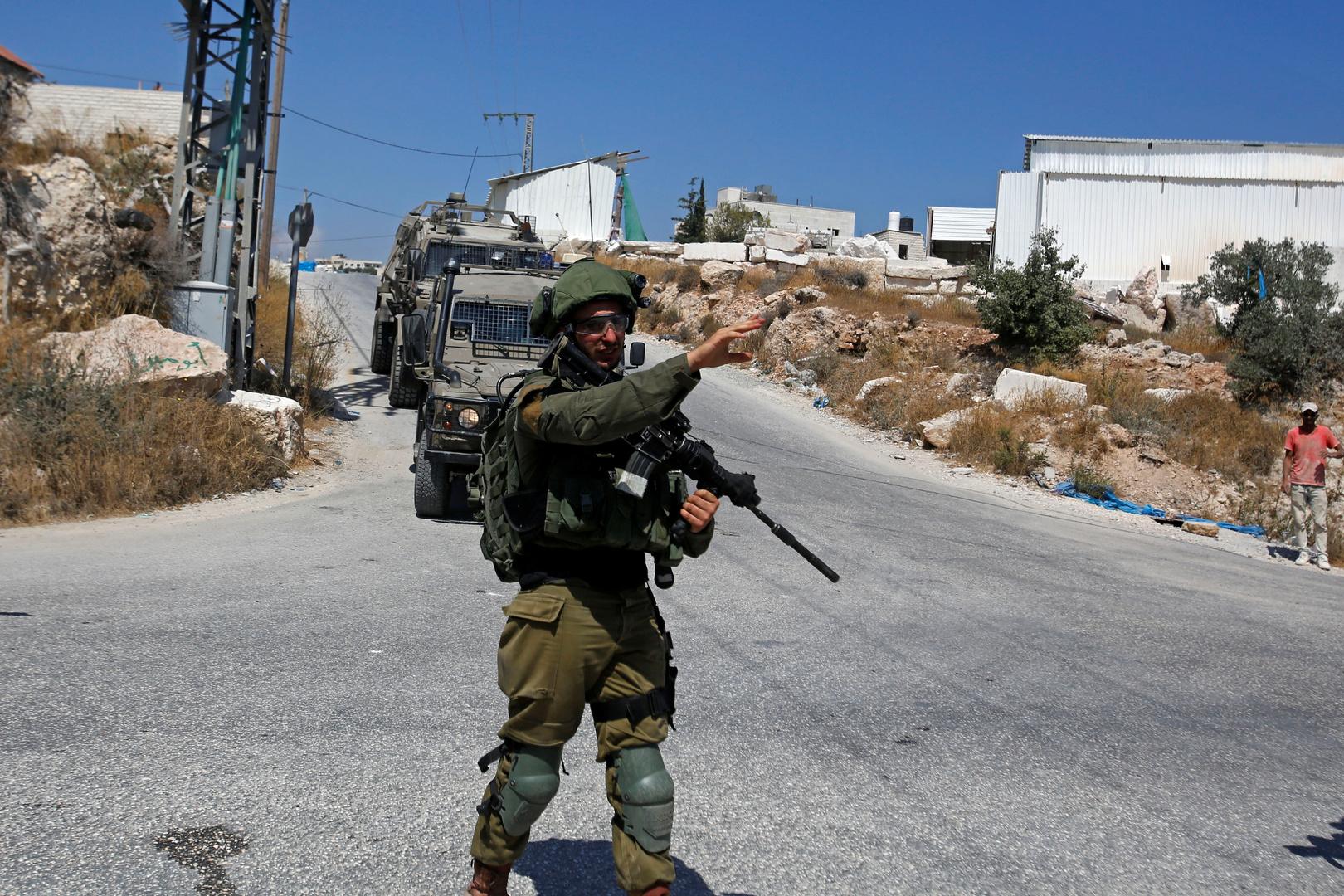 الجيش الإسرائيلي يقتل فلسطينيا في الضفة الغربية بدعوى محاولته تنفيذ عملية طعن