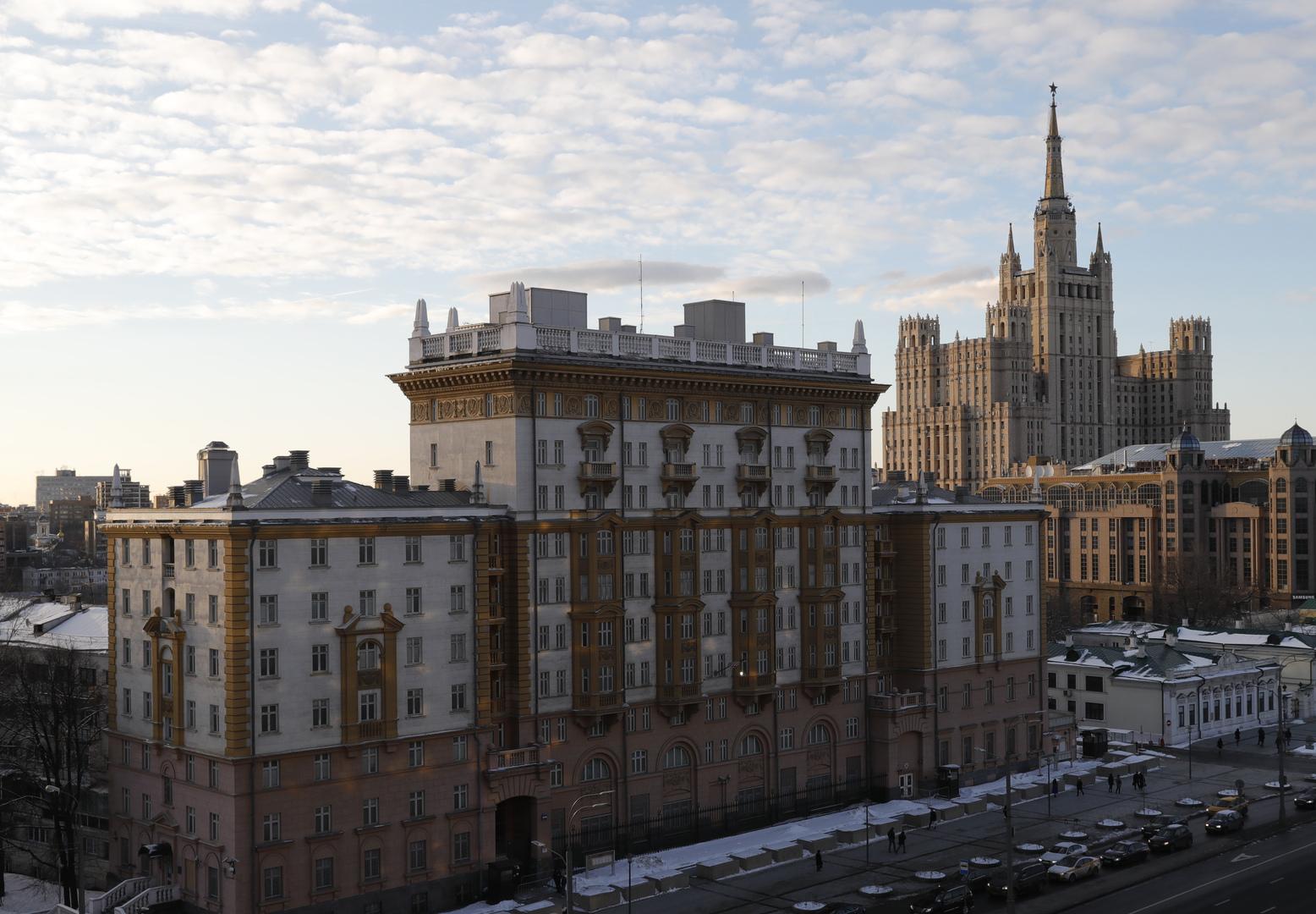 واشنطن تسرح نحو 200 موظف محلي من مقارها الدبلوماسية في روسيا