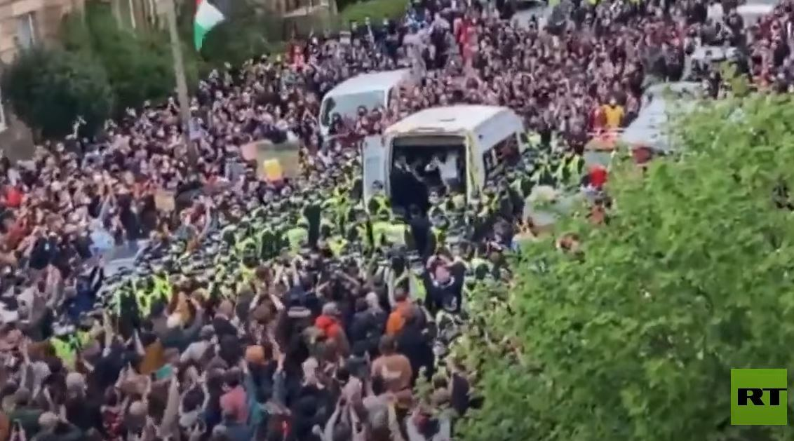 شاهد.. حشود المحتجين تمنع ترحيل المهاجرين من المملكة المتحدة