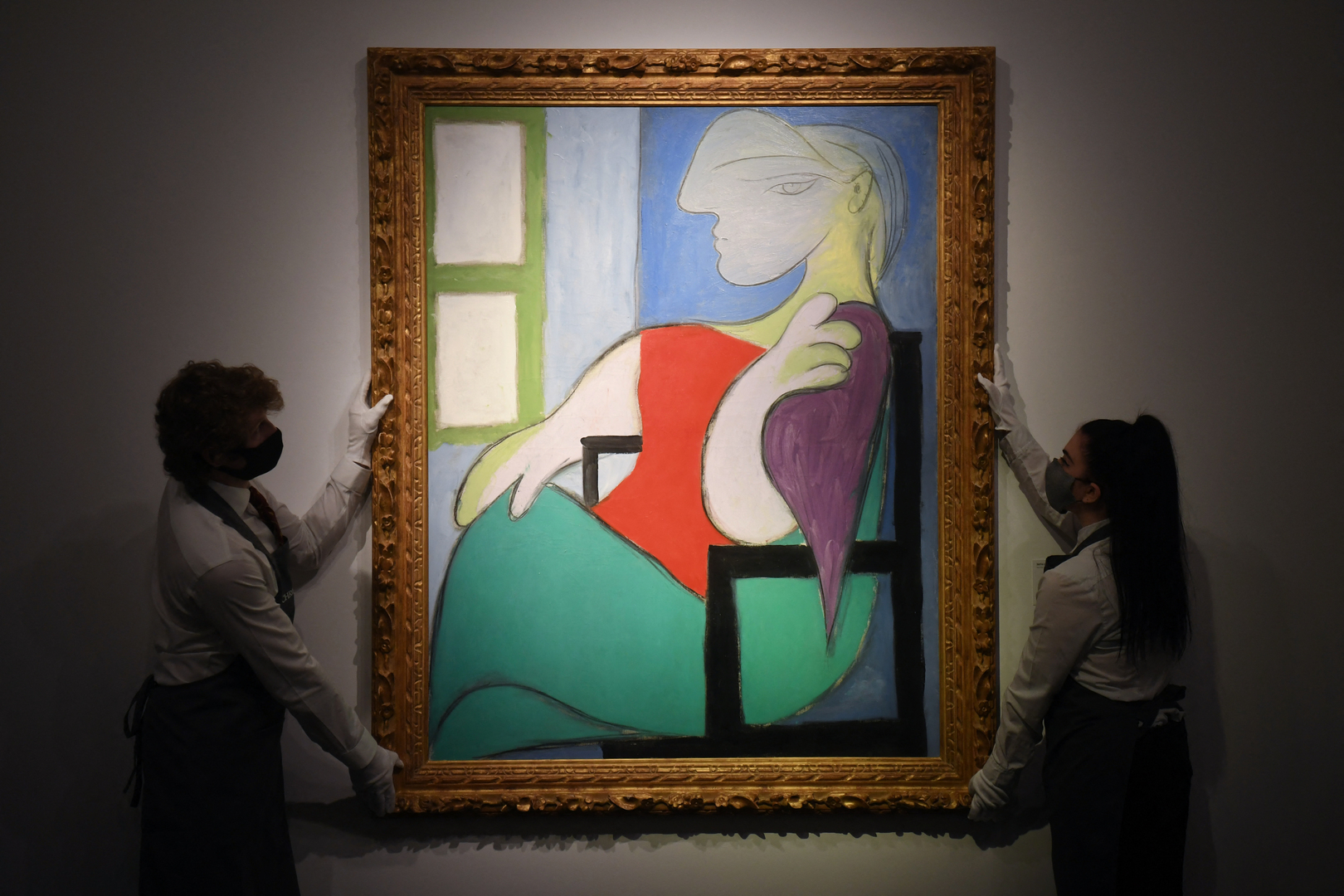 """لوحة """"المرأة الجالسة قرب النافذة"""" بريشة الفنان الإسباني بابلو بيكاسو في دار المزادات """"كريستيز"""""""