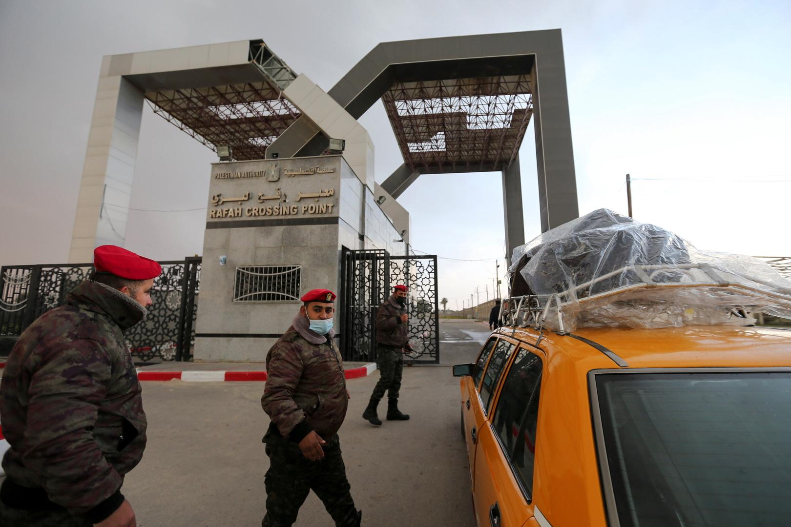 وصول 10 سيارات إسعاف مصرية إلى معبر رفح على الحدود مع غزة لنقل الجرحى الفلسطينيين