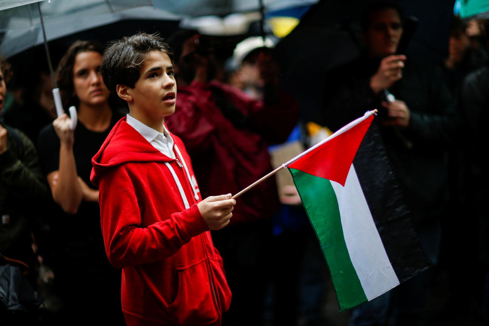 صبي يحمل العلم الفلسطيني في مظاهرة داعمة لفلسطين في الولايات المتحدة