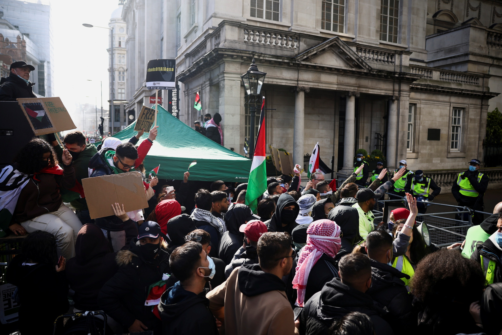 شرطة لندن تلقي القبض على 4 أشخاص بسبب