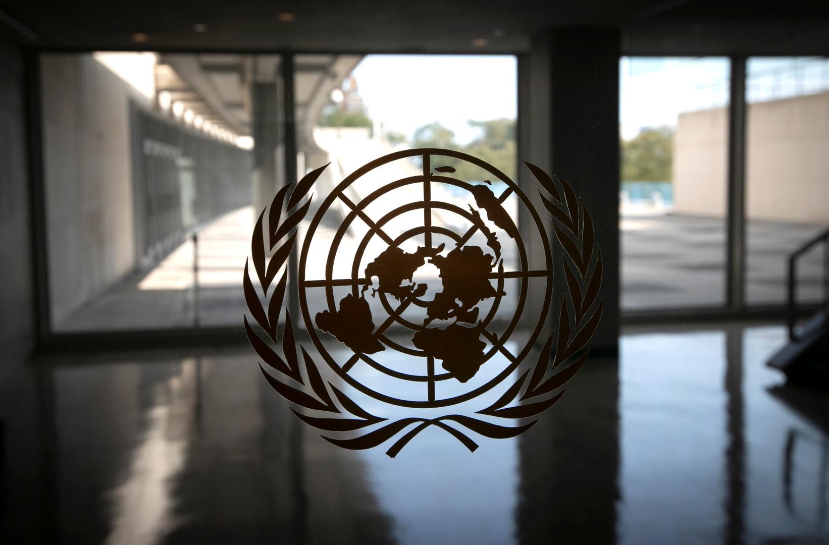 شعار للأمم المتحدة على نافذة مبنى المنظمة في نيويورك