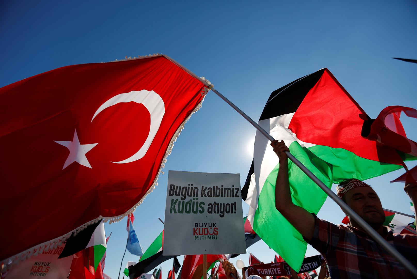 مواطنون يرفعون العلم التركي والعلم الفلسطيني