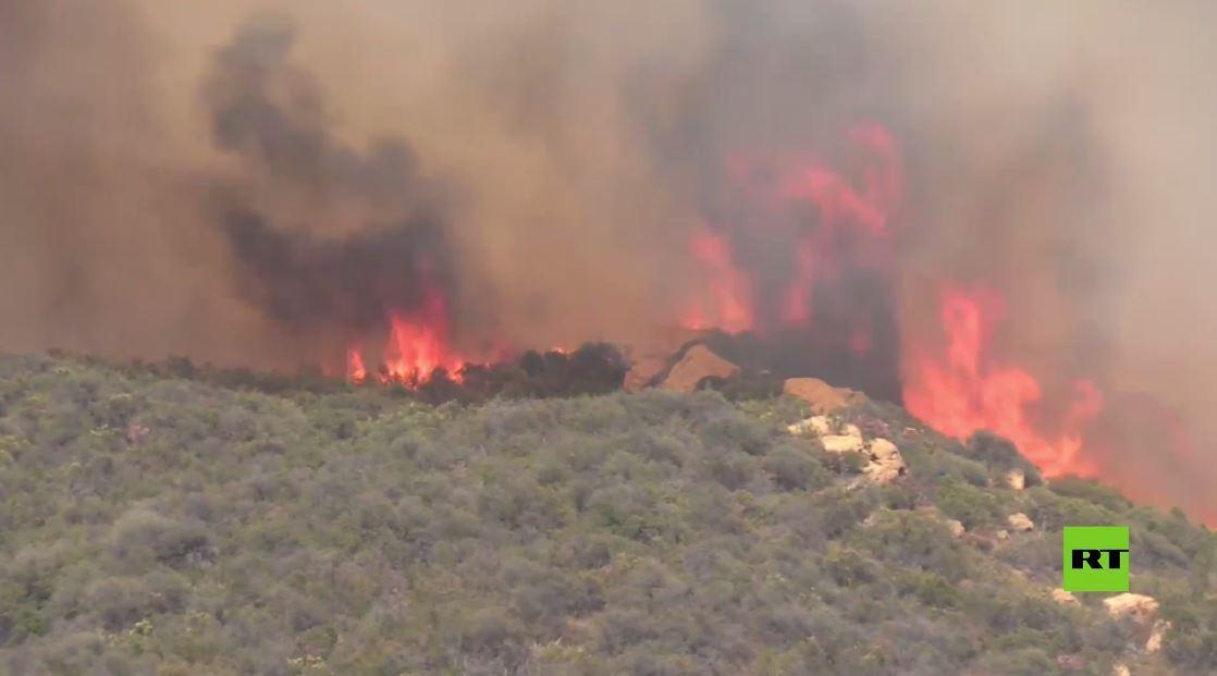 بالفيديو.. رجال الإطفاء يكافحون حرائق الغابات في ضواحي لوس أنجلوس