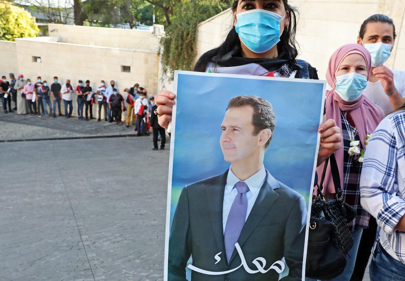 شبان لبنانيون يعتدون على مسيرة مؤيدة للأسد شمال بيروت