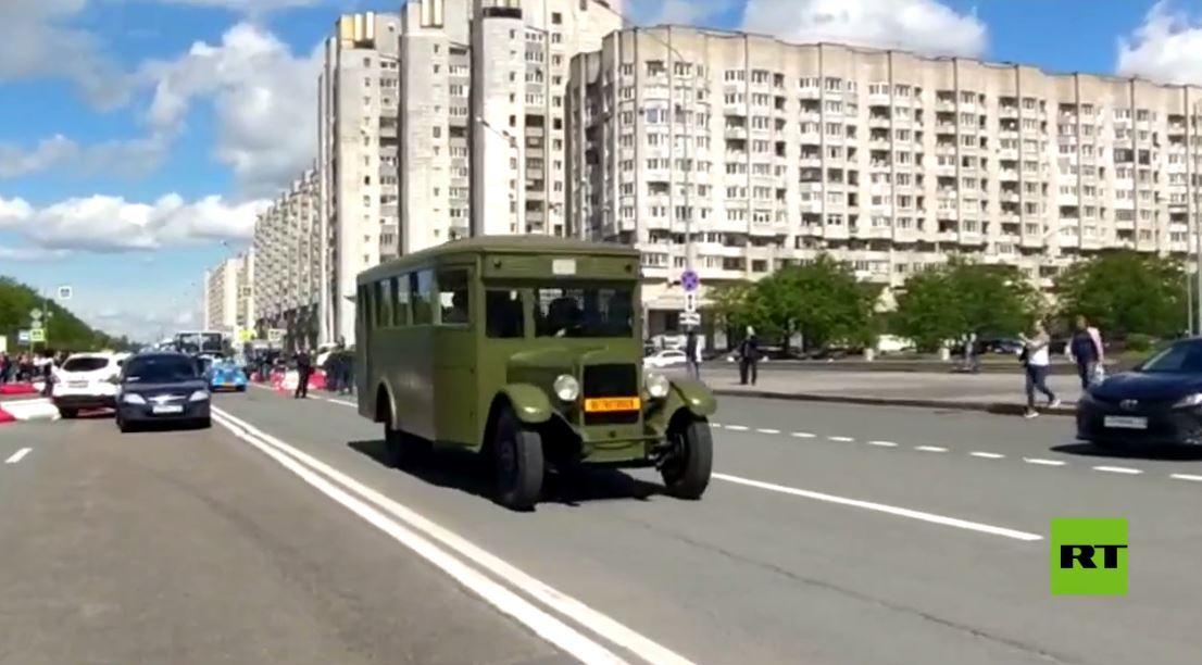 استعراض سيارات وحافلات نقل تاريخية في بطرسبورغ الروسية