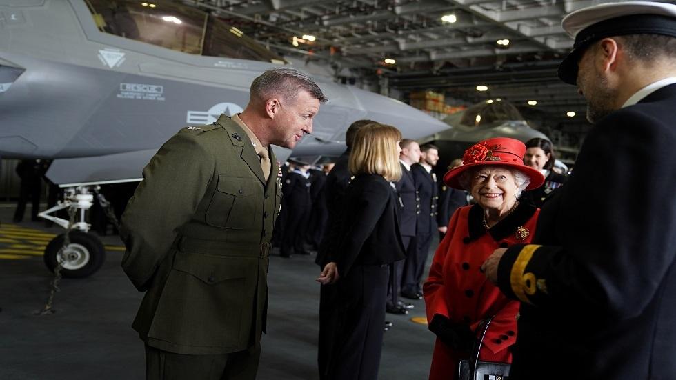 الملكة إليزابيث تتفقد حاملة الطائرات البريطانية الجديدة