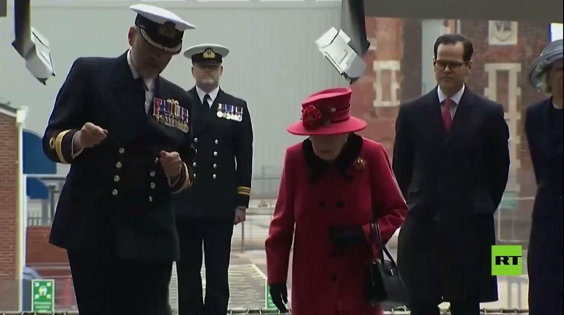 بالفيديو.. الملكة إليزابيث الثانية تقوم بجولة لحاملة طائرات بريطانية حديثة