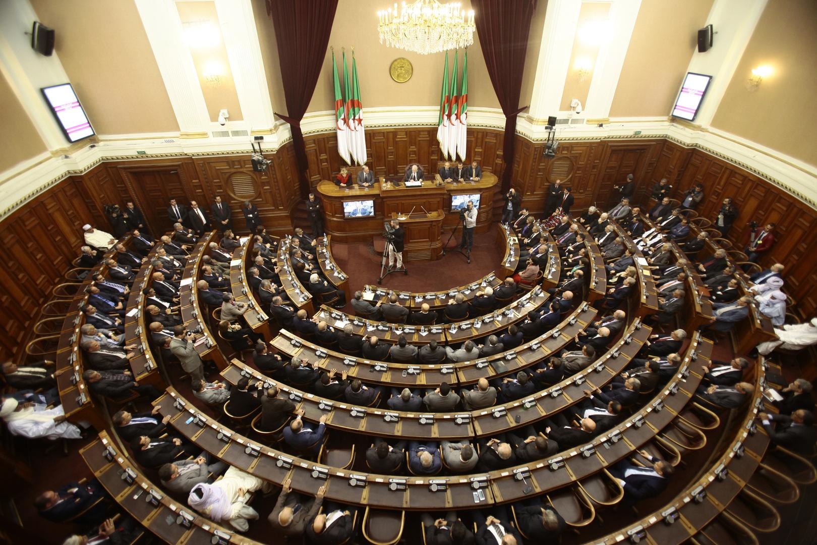 صحيفة جزائرية ترصد ظاهرة غير مسبوقة: أحزاب تستميل الناخبين بمترشحات حسناوات (صورة)