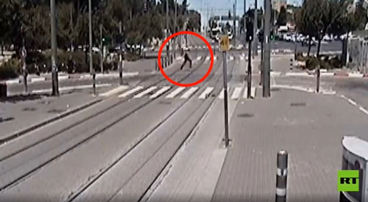 كاميرا مراقبة ترصد منفذ عملية طعن فى حي الشيخ جراح بالقدس