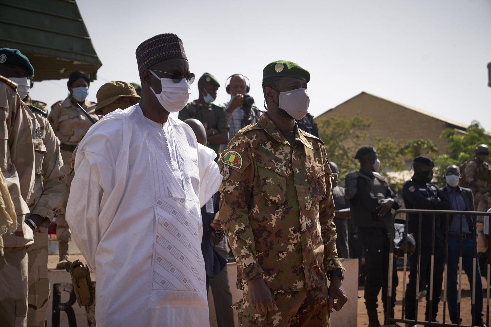 مالي.. العسكريون يعتقلون الرئيس نداو ورئيس الوزراء ووزير الدفاع