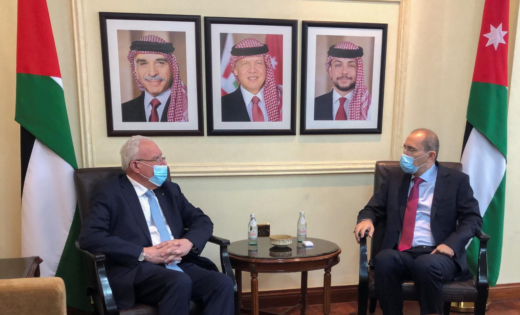 وزير الخارجية الفلسطيني رياض المالكي ونظيره الأردني أيمن الصفدي