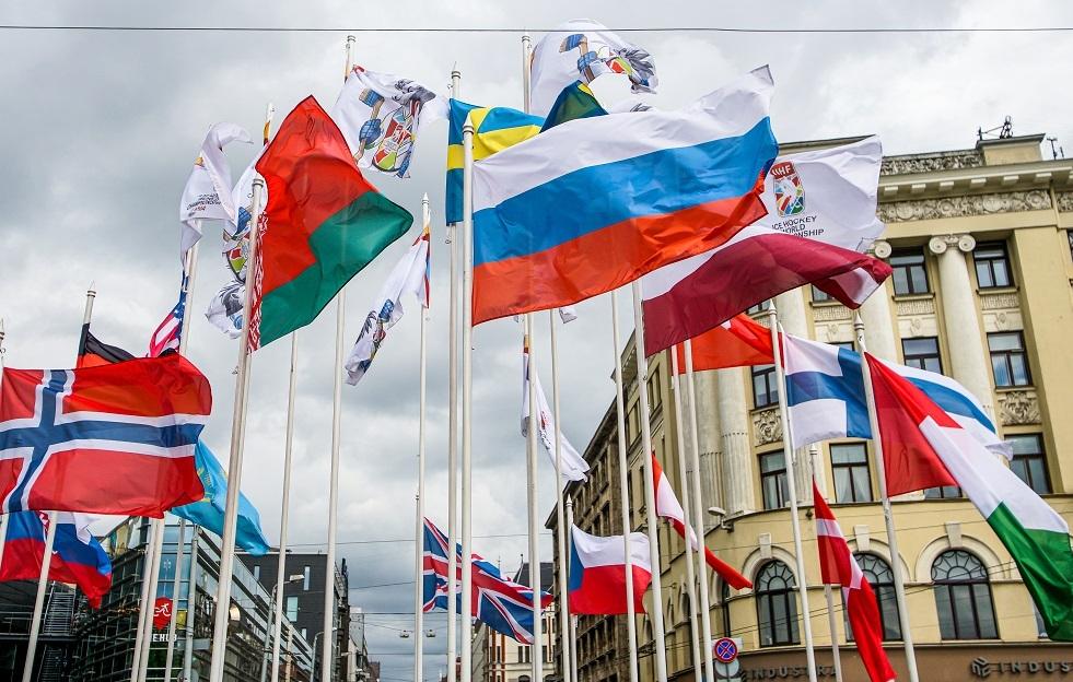 احتجاج قرب خارجية لاتفيا على تدنيس علم بيلاروس الرسمي في ريغا